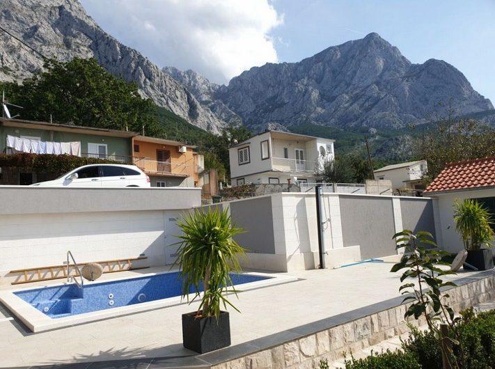 Novosagrađena vila s bazenom Bast