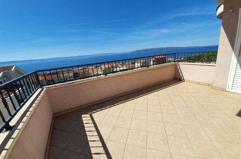 Makarska apartmanska kuća novije gradnje s pogledom na more